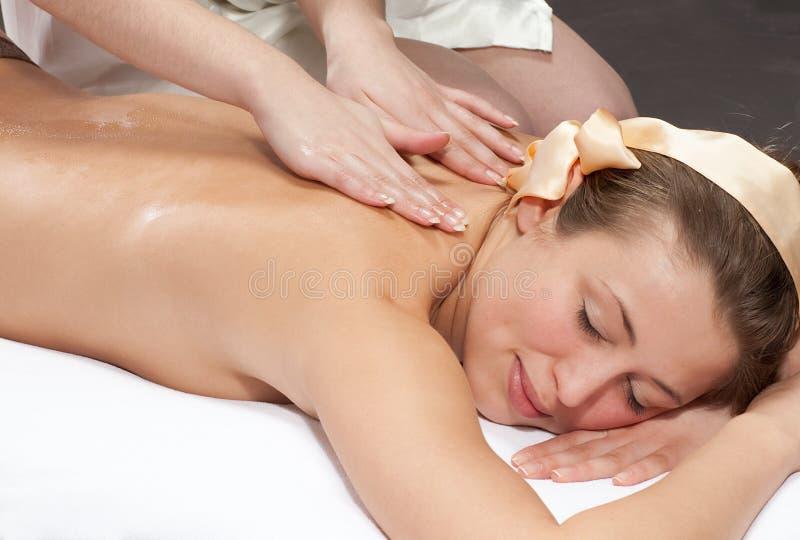 Mooie jonge vrouw die een massage krijgt stock foto