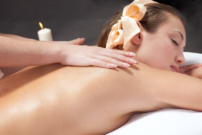 Mooie jonge vrouw die een massage krijgt royalty-vrije stock fotografie