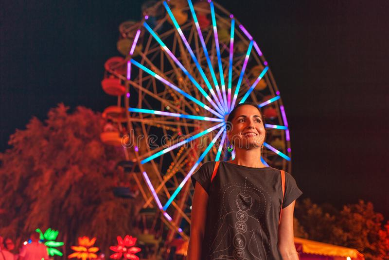 Mooie jonge vrouw die in een Pretpark rusten Concept de zomerfestivallen, recreatie en vermaak royalty-vrije stock foto