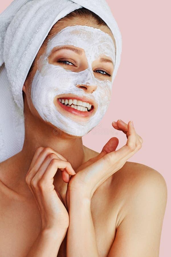 Mooie jonge vrouw die gezichtsmasker op haar gezicht toepassen Huidzorg en behandeling, kuuroord, natuurlijk schoonheid en de kos stock afbeeldingen