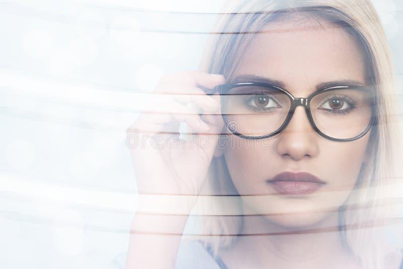 Mooie jonge vrouw die glazen draagt Selectieve nadruk royalty-vrije stock afbeelding
