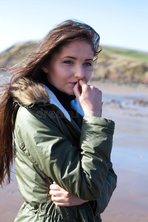 Mooie jonge vrouw die haar hand houden aan haar mond stock fotografie