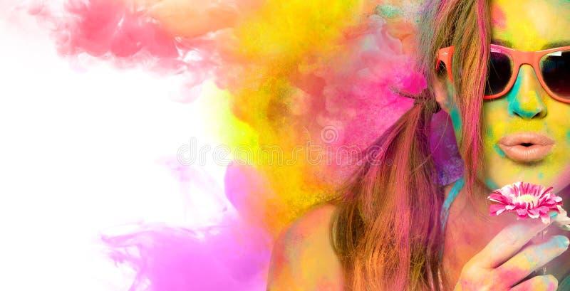 Mooie jonge vrouw die het Holi-festival vieren Kleurenfestival Het concept van de schoonheidslente stock foto