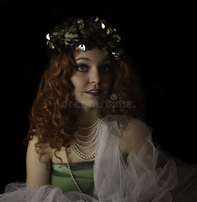 Mooie jonge vrouw die jaren '70 groen GLB dragen royalty-vrije stock afbeeldingen