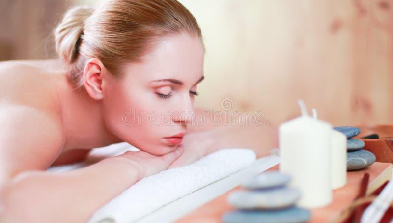 Download Mooie Jonge Vrouw Die Kuuroordmassage Krijgen, Die Op Salon Liggen Stock Afbeelding - Afbeelding bestaande uit behandeling, kaars: 107705153