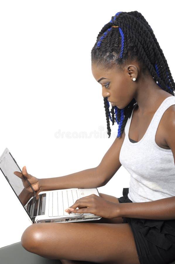 Mooie jonge vrouw die laptop het scherm bekijken stock afbeelding