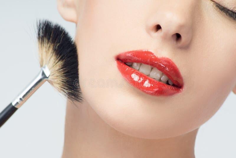 Mooie Jonge Vrouw die Make-up met Borstel toepassen royalty-vrije stock afbeeldingen