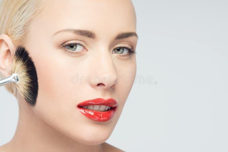 Mooie Jonge Vrouw die Make-up met Borstel toepassen royalty-vrije stock fotografie