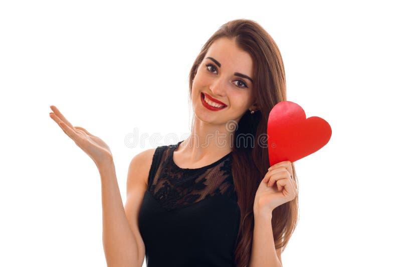 Mooie jonge vrouw die met die rode lippen valentijnskaartendag met harten vieren op witte achtergrond wordt geïsoleerd royalty-vrije stock foto's