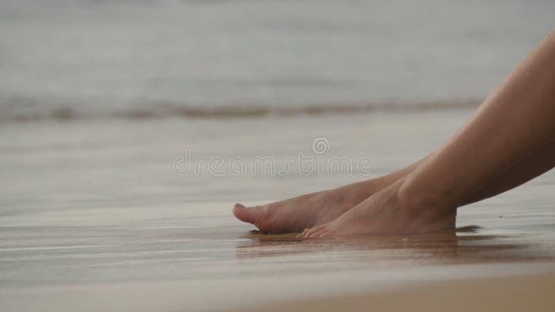 Mooie jonge vrouw die op gouden zand op overzees strand liggen en tijdens de reis van de de zomervakantie ontspannen Sexy vrouwel stock foto's