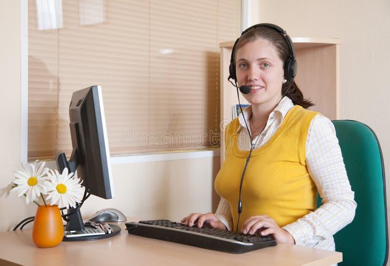 Mooie jonge vrouw die op het kantoor werkt stock foto