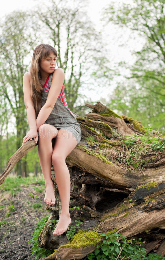 Mooie jonge vrouw die in openlucht droomt stock foto's