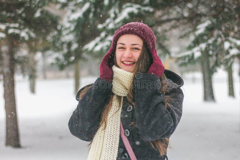 Mooie jonge vrouw die in openlucht lachen stock afbeeldingen