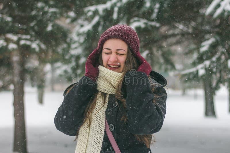 Mooie jonge vrouw die in openlucht lachen stock fotografie