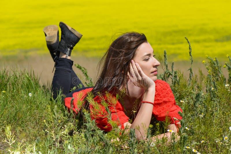 Mooie jonge vrouw die in openlucht van aard genieten royalty-vrije stock afbeeldingen
