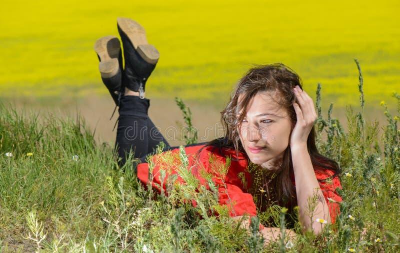 Mooie jonge vrouw die in openlucht van aard genieten royalty-vrije stock afbeelding