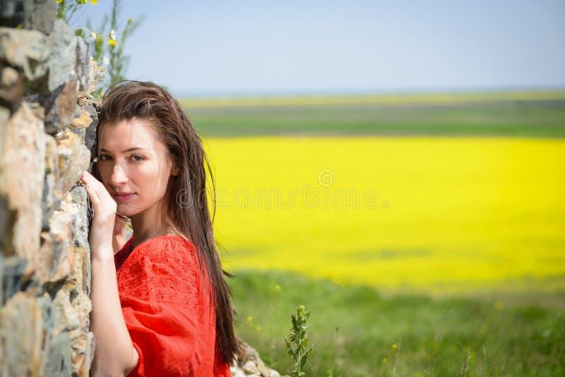 Mooie jonge vrouw die in openlucht van aard genieten stock fotografie