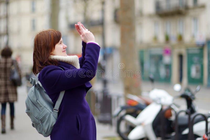 Mooie jonge vrouw die in Parijs bezienswaardigheden bezoeken royalty-vrije stock afbeeldingen