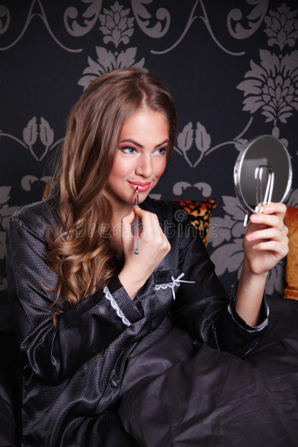 Mooie jonge vrouw die samenstelling zetten royalty-vrije stock foto