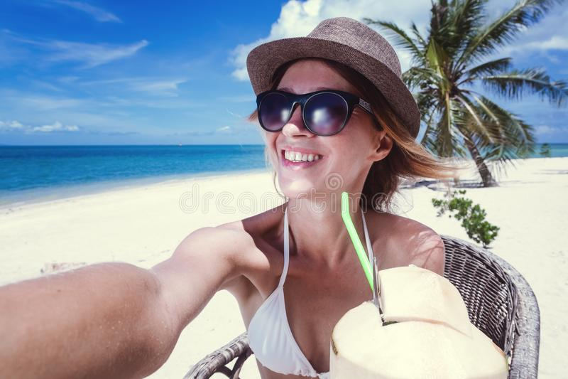 Mooie jonge vrouw die selfie op het strand, tropische paradi doen stock afbeelding
