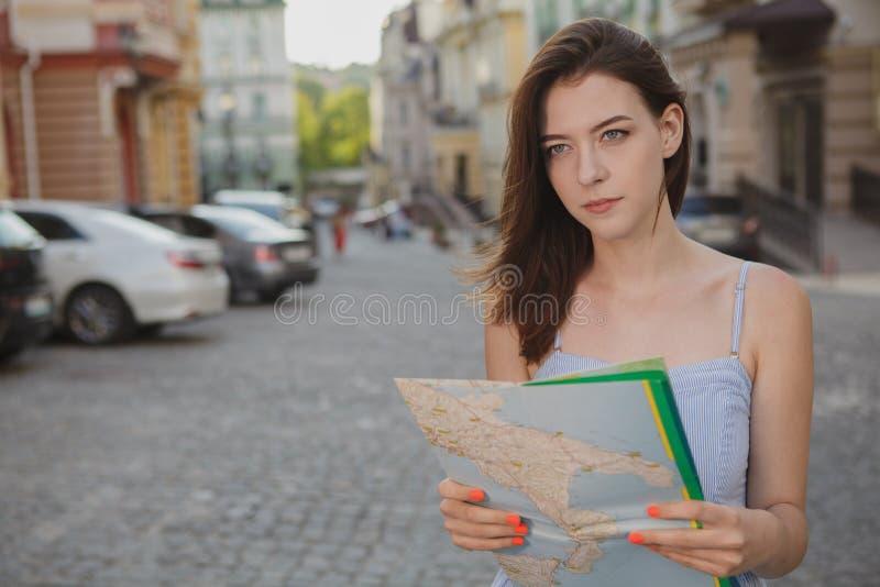 Mooie jonge vrouw die terwijl het reizen bezienswaardigheden bezoeken royalty-vrije stock foto's