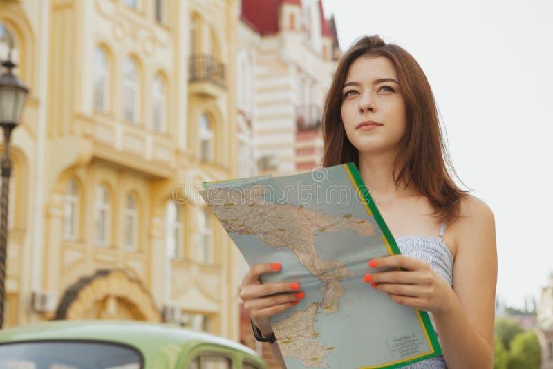 Mooie jonge vrouw die terwijl het reizen bezienswaardigheden bezoeken stock foto