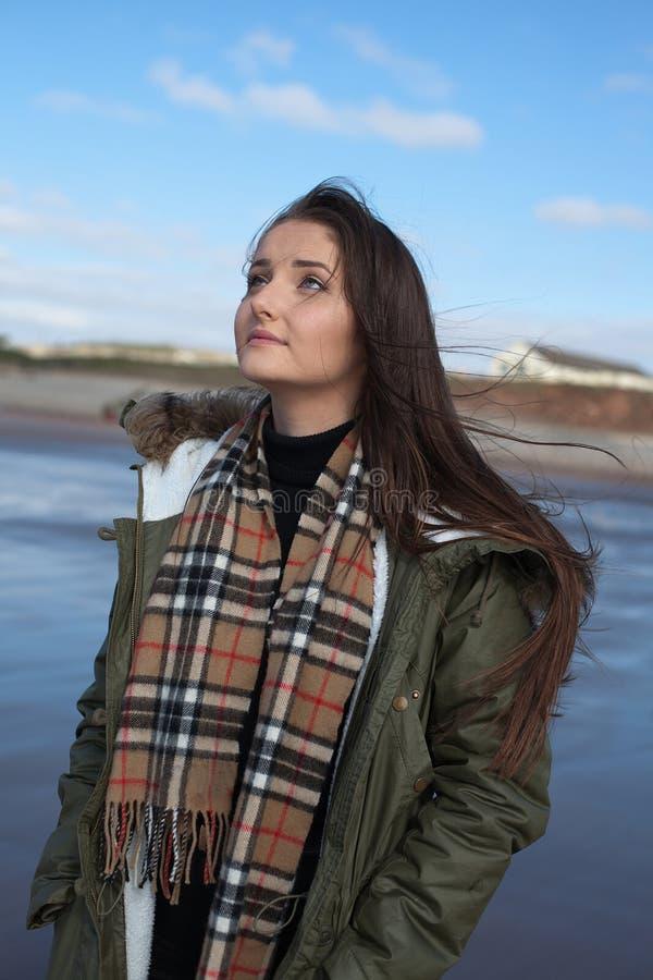 Mooie jonge vrouw die upwards kijkt stock fotografie