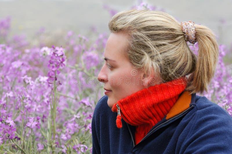 Mooie jonge vrouw die van het platteland geniet stock afbeeldingen