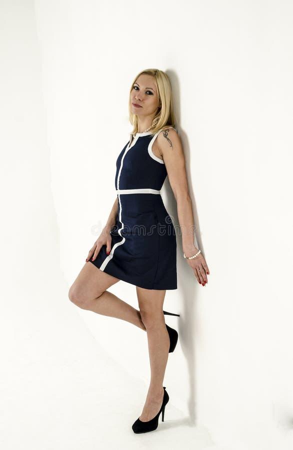 Mooie jonge vrouw die zich in een lichte de zomer minikleding bevinden royalty-vrije stock afbeeldingen