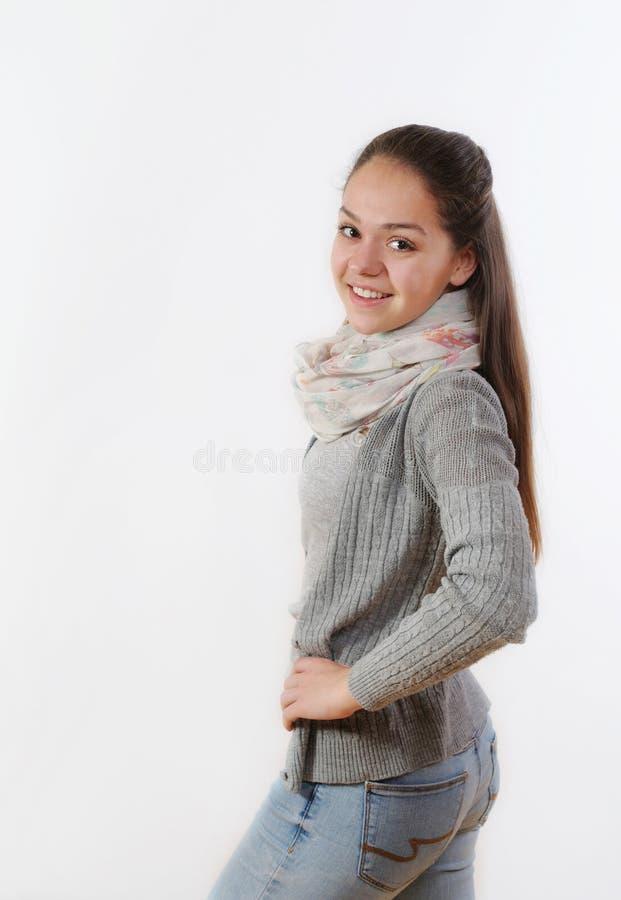 Mooie jonge vrouw die zich met handen op haar taille en smili bevinden stock afbeeldingen