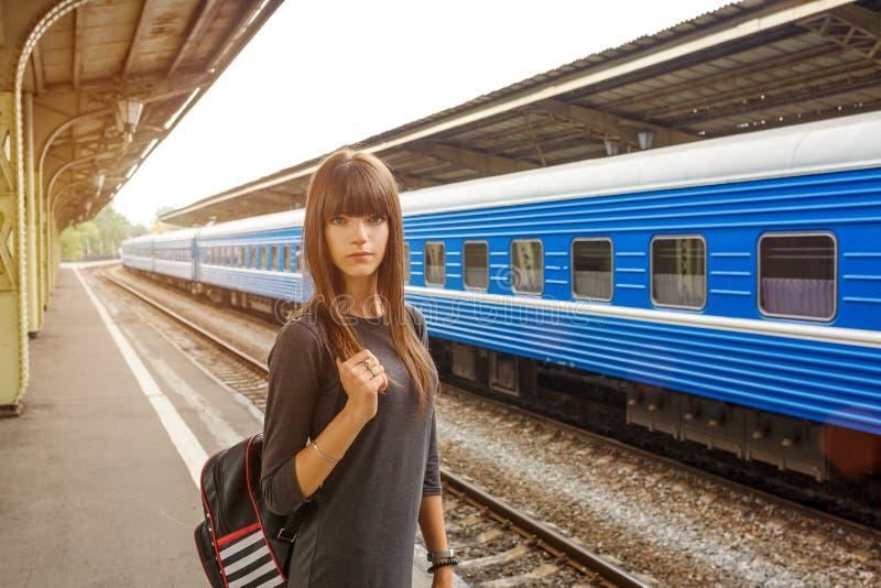 Mooie jonge vrouw die zich op het platform van het station bevinden royalty-vrije stock foto