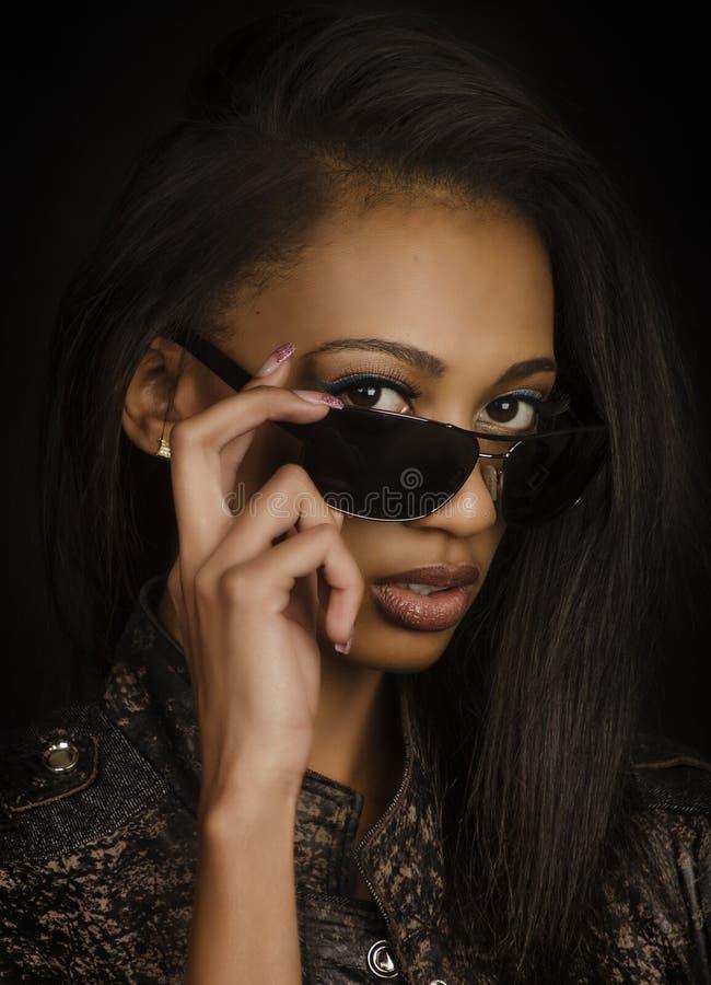 Mooie jonge vrouw die zonnebril dragen stock fotografie
