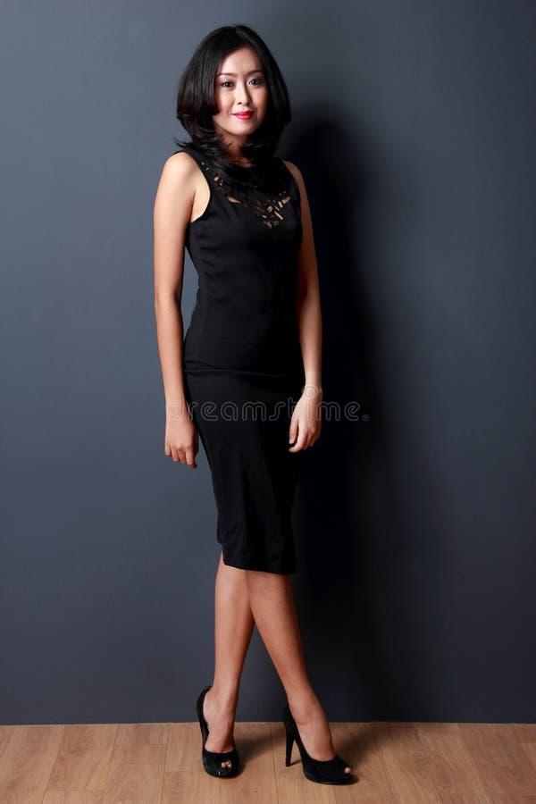 Mooie jonge vrouw die zwarte kleding draagt royalty-vrije stock afbeelding
