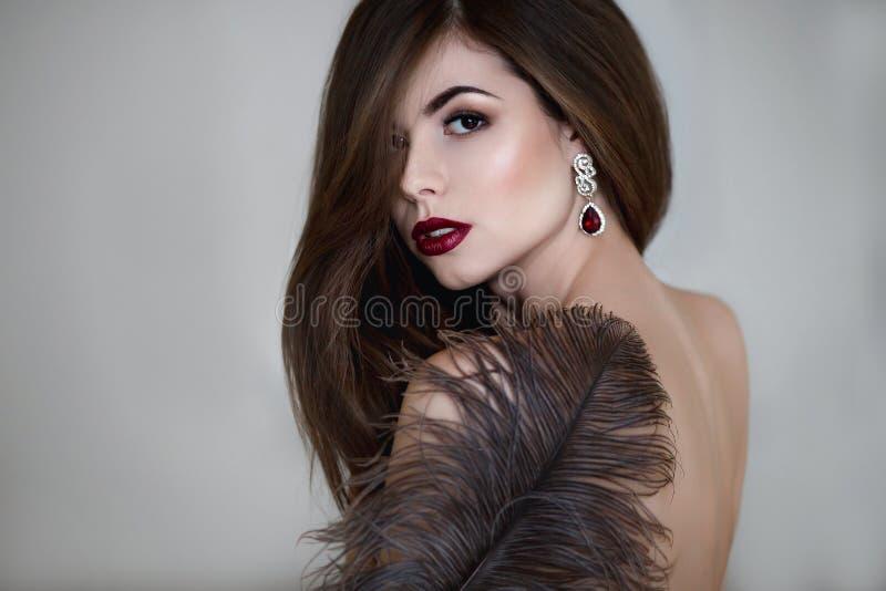 Mooie Jonge Vrouw Dramatisch binnenportret van sensueel donkerbruin wijfje met lang haar Droevig en ernstig meisje stock fotografie