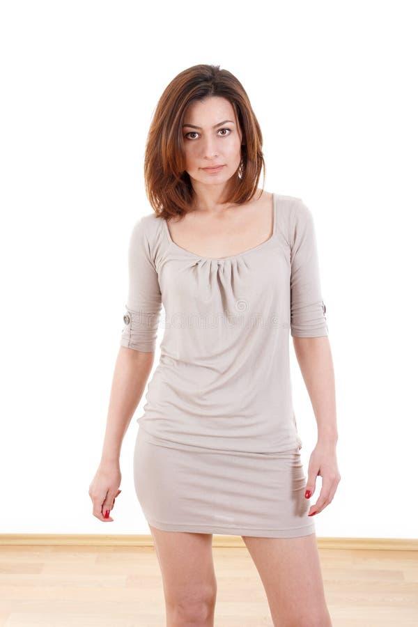 Mooie jonge vrouw in een kleding royalty-vrije stock afbeelding