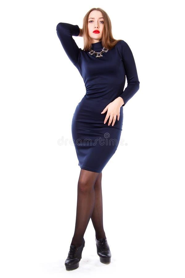 Mooie jonge vrouw in een korte donkerblauwe kleding stock afbeelding