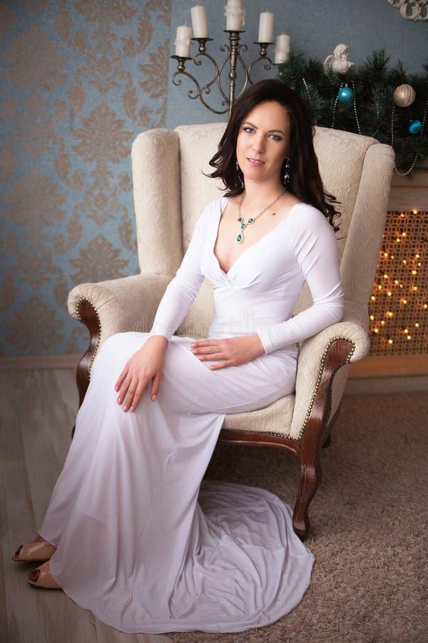 Mooie jonge vrouw in een lange witte kleding stock afbeeldingen