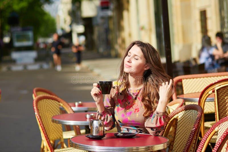 Mooie jonge vrouw in een Parijse koffie stock afbeeldingen