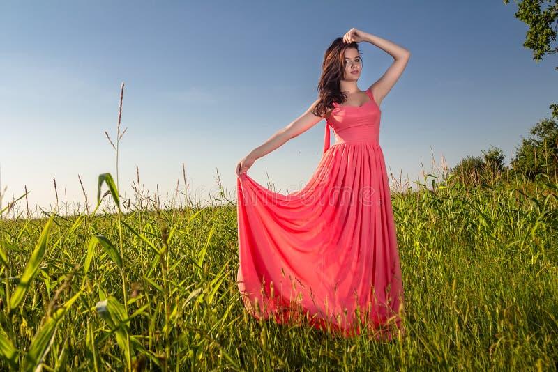 Mooie jonge vrouw in een rode kleding royalty-vrije stock afbeelding
