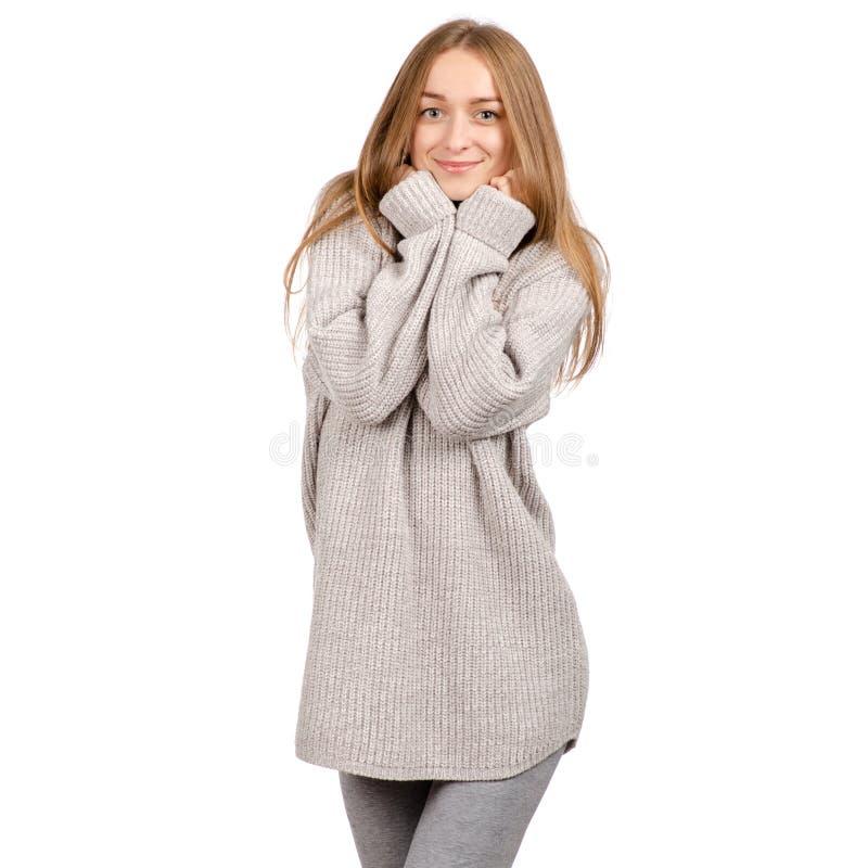 Mooie jonge vrouw in een sweater die warm glimlachen stock foto