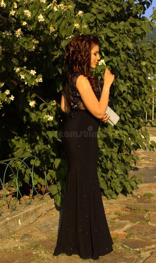 Mooie jonge vrouw in een tuin royalty-vrije stock foto's