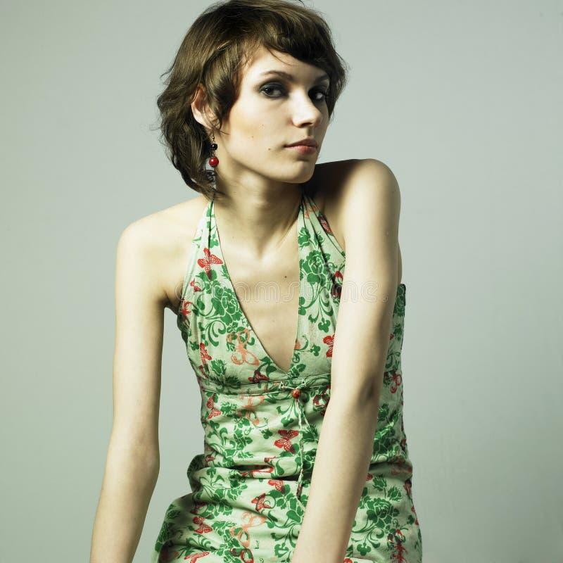Mooie jonge vrouw in elegante kleding stock afbeelding