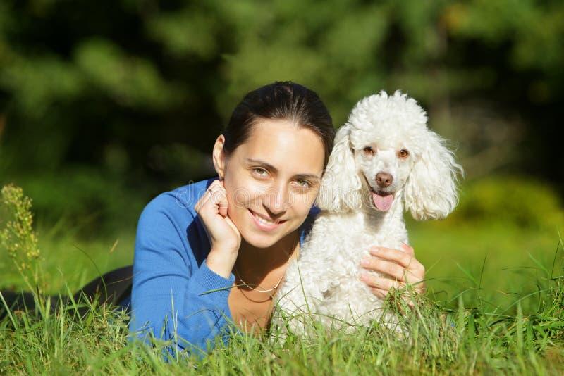 Mooie jonge vrouw en gelukkige hond stock foto's