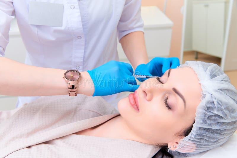 Mooie jonge vrouw in esthetische de kosmetiekkliniek stock foto