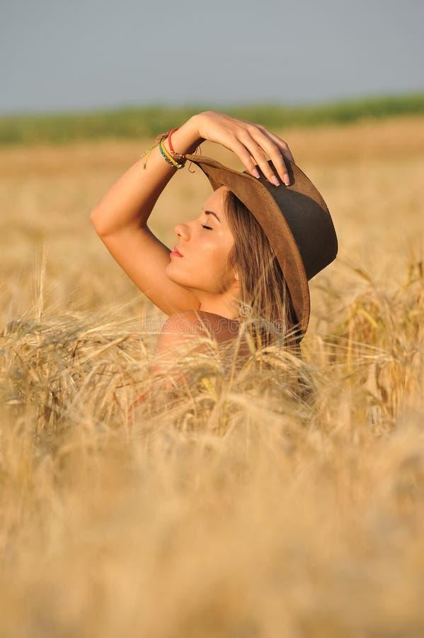 Mooie jonge vrouw in geel tarwegras royalty-vrije stock foto