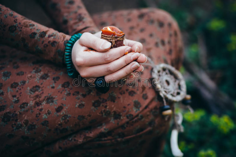 Mooie jonge vrouw in het bos stock foto's