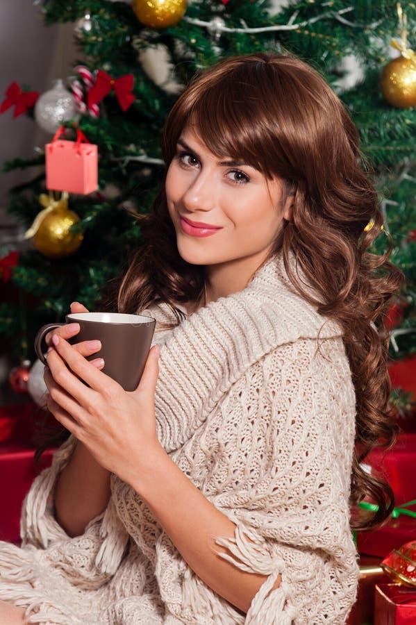 Mooie jonge vrouw het drinken thee stock fotografie