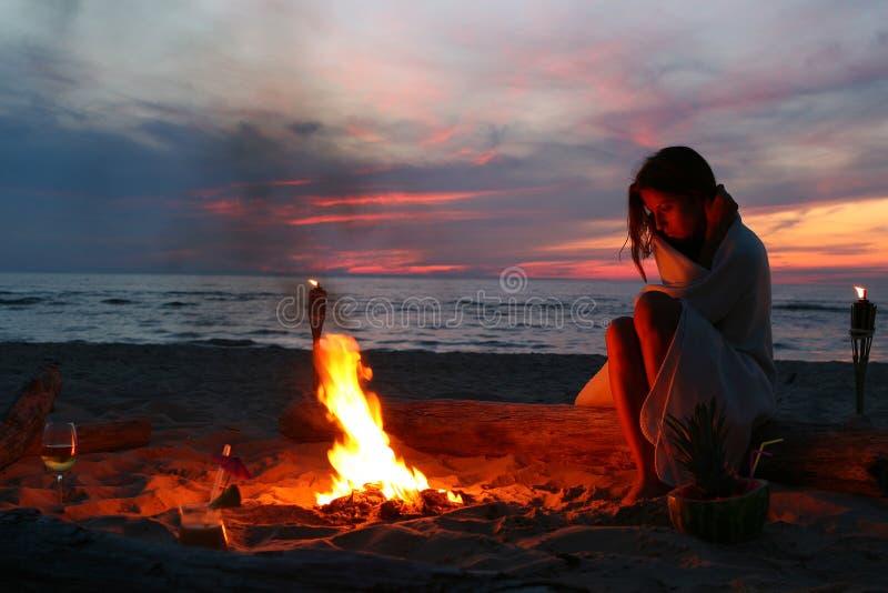 Mooie jonge vrouw het drinken wijn op strand royalty-vrije stock fotografie