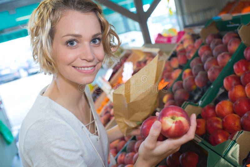 Mooie jonge vrouw het kopen vruchten en groenten royalty-vrije stock foto