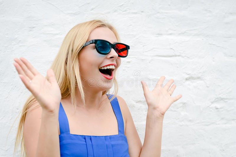 Mooie jonge vrouw het letten op film met 3D glazen, het opwekken holdingshanden royalty-vrije stock afbeeldingen